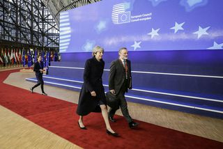 Theresa May forsætisráðherra Bretlands og Tim Barrow sem fer með málefni Breta hjá ESB.