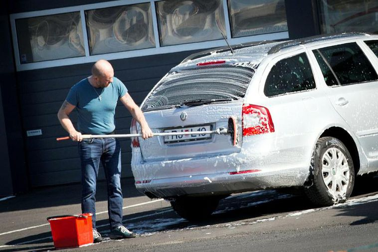 People washing their cars wearing a t-shirt is an unusual sight in February in Iceland.