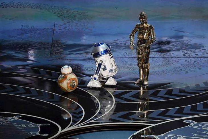 C-3PO, R2D2 og BB-8 tróðu upp.