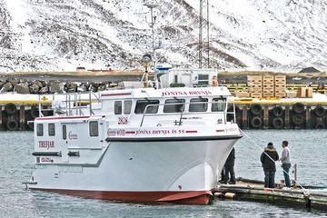 Landhelgisgæslunni barst rúmlega klukkan 19 í kvöld neyðarkall frá tólf metra fiskibátnum Jónínu Brynju frá ...