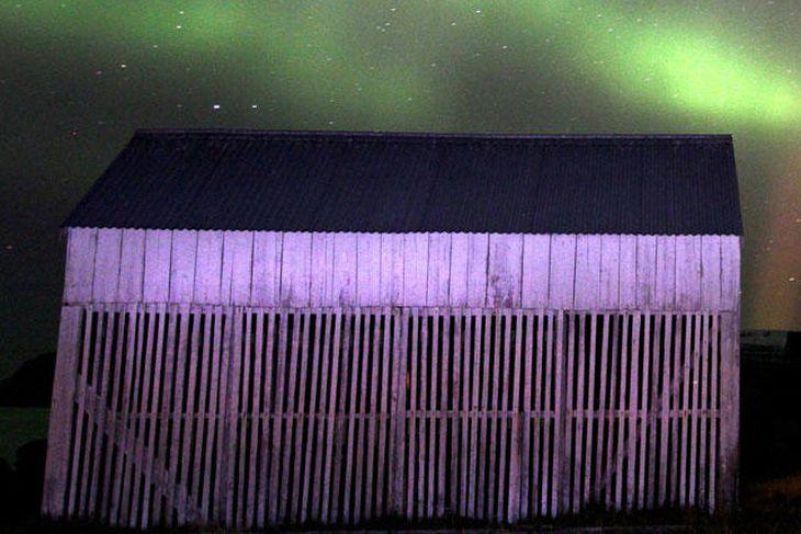 Fyrirbærið sést til vinstri á myndinni - þríhyrningslaga ljósgeisli.
