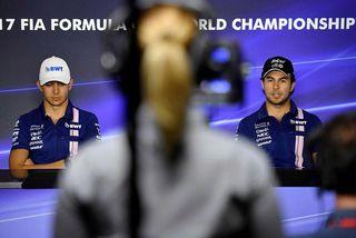 Liðsfélagarnir Esteban Ocon (t.v.) og Sergio Perez á blaðamannafundi.