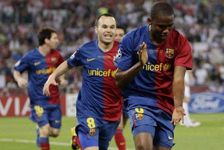 Andres Iniesta og Gerard Pique fagna Eto'o.