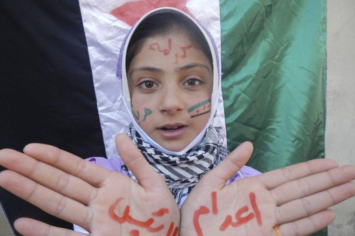 Frá mótmælum gegn forseta landsins, Bashar Al-Assad, í Kafranbel, skammt frá borginni Idlib í dag.
