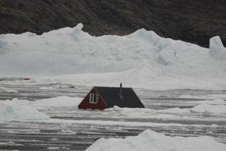 Þorpið Nuugaatsiaq varð illa úti. Gert er ráð fyrir að fjórir hafi látið lífið og ...