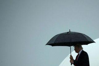 Donald Trump Bandaríkjaforseti stígur út úr forsetaflugvélinni. Hann fordæmdi í dag flugskeytatilraun Norður-Kóreu.