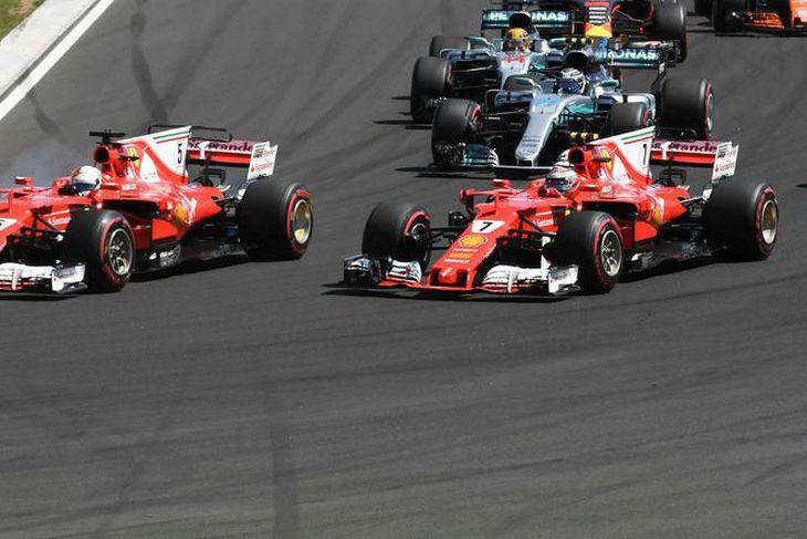 Sebastian Vettel (t.v.) og Kimi Räikkönen voru nánast í návígi kappaksturinn út í gegn en ...