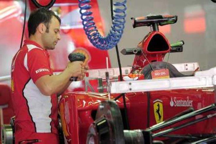 Tæknimaður Ferrari gerir bíl Alonso kláran í Barcelona.