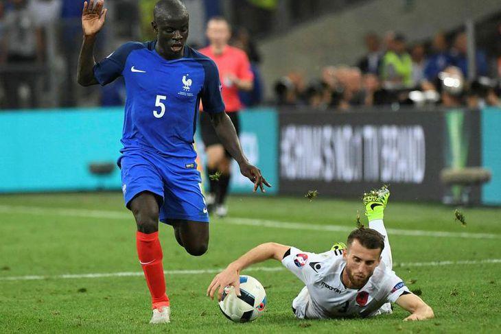 Franski landsliðsmaðurinn N'Golo Kante er kominn til Chelsea frá Leicester fyrir 30 milljónir punda.