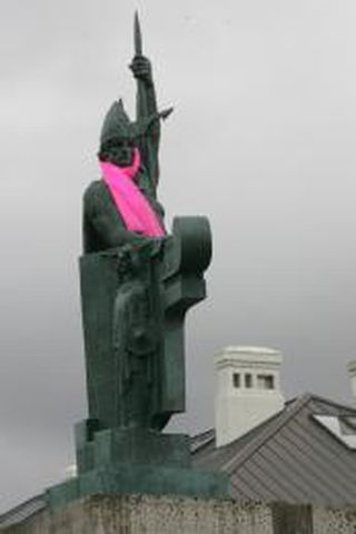 Ingólfur Arnarson með bleikan hálsklút.