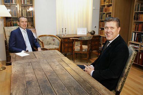 President Jóhannesson (left) talking to Bjarni Benediktsson (right), leading of the victorious Independence Party this morning.