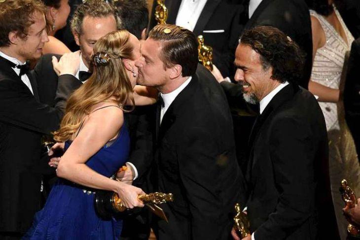 Larson og DiCaprio skiptast á kossum.