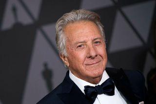 Sex konur hafa saka Dustin Hoffman um ósæmilega hegðun á síðustu dögum.