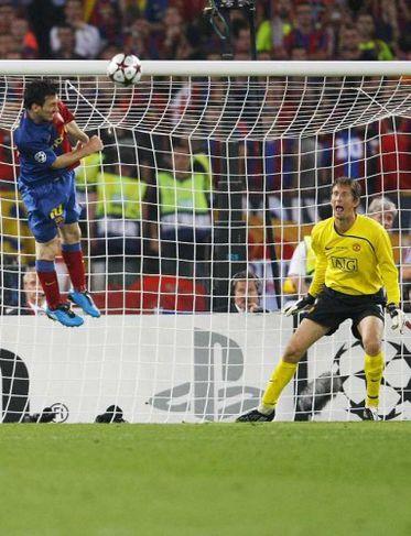 Messi horfir á eftir boltanum.