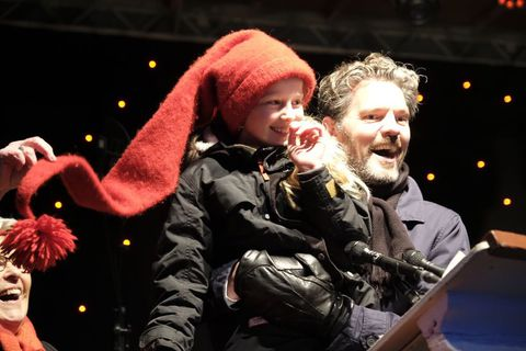 A little girl who is half Icelandic and half Norwegian,  Sóley Dögg Gunnarsdóttir, hit the light switch for the tree. Mayor Dagur B. Eggertsson is holding her in this photograph.
