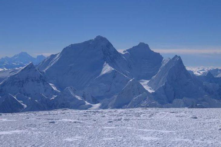 Hér getur að líta tind Everest eins og hann blasir við af fjallinu Cho Oyu, ...