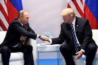 Vladimír Pútín, forseti Rússlands, og Donald Trump Bandaríkjaforseti takast í hendur á fundi þeirra á ...