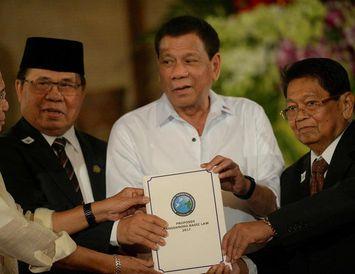 Rodrigo Duterte, forseti Filippseyja (annar frá hægri), og Al-Hajj Murad, leiðtogi MILF-uppreisnarsamtakanna (annar frá vinstri), ...