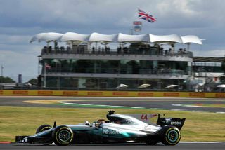 Lewis Hamilton á ferð í Silverstone.