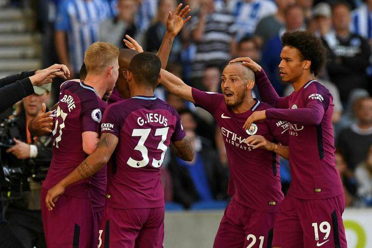 Leikmann Manchester City fagna marki Sergio Agüero gegn Brighton í dag.