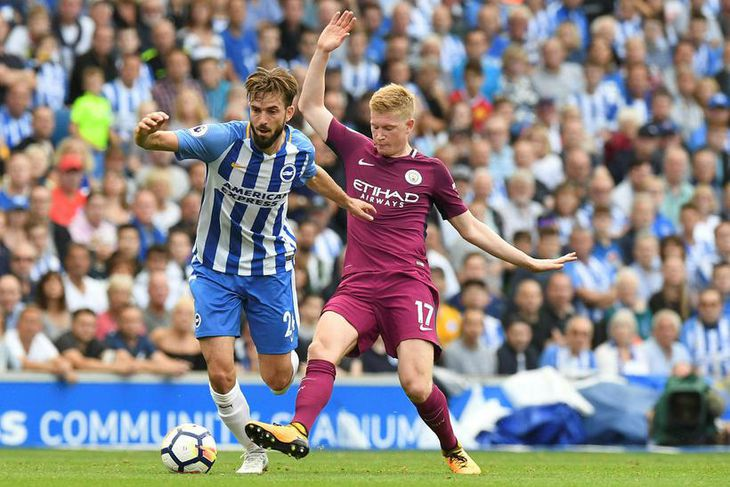 Davy Propper, leikmaður Brighton og Kevin De Bruyne, leikmaður Manchester City, berjast um boltann í ...