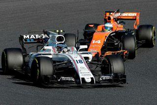Fernando Alonso (18) á hér í rimmu við Lance Stroll (18) á Williams í Suzuka.