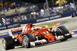 Sebastian Vettel í lokalotu tímatökunnar í Singapúr.