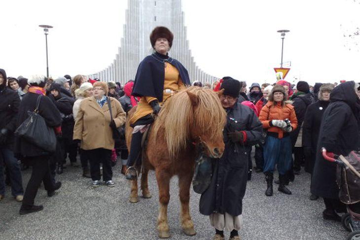 Guðlaug Elísabet Ólafsdóttir, leikkona, var í fararbroddi göngunnar á hestbaki í gervi Hallgerðar.