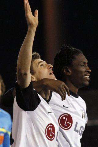 Zoltán Gera og Dickson Etuhu fagna einu marka Fulham í ...