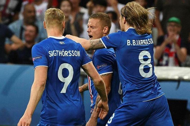 Kolbeinn Sigþórsson og Birkir Bjarnason fagna með Ragnari Sigurðssyni.