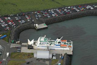 Herjólfur við bryggju í Landeyjahöfn.