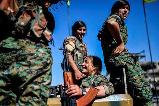 Kúrdískir hermenn úr SDF á torginu Al-Naim í Raqqa þar sem sigrinum var fagnað í ...