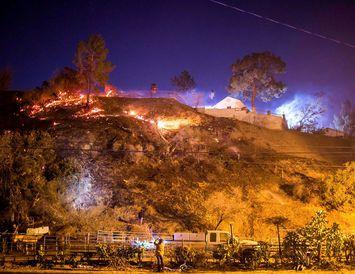 Creek-eldurinn hefur náð að breiða úr sér í Shadow Hills-hverfinu í Los Angeles.