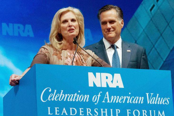 Mitt Romney og eiginkona hans Ann ávörpuðu fund félags skotvopnaeigenda, National Rifle Association, í Bandaríkjunum ...