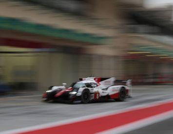 Alonso á ferð á Toyota TS050 þolakstursbílnum í Barein í dag.