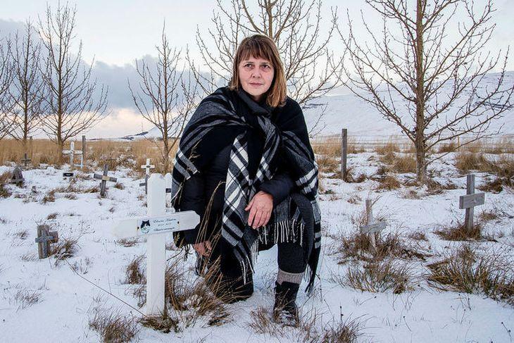 Guðný G. Ívarsdóttir á jörðina Hurðarbak og hefur rekið grafreitinn þar frá árinu 2002.
