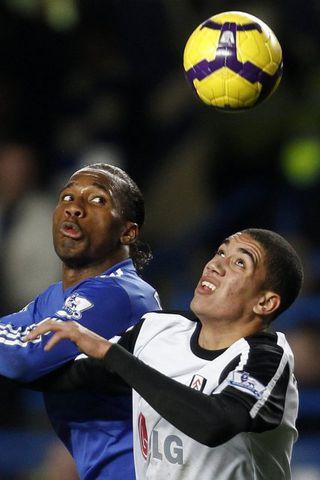 Chris Smalling í baráttu við Didier Drogba í leik gegn ...