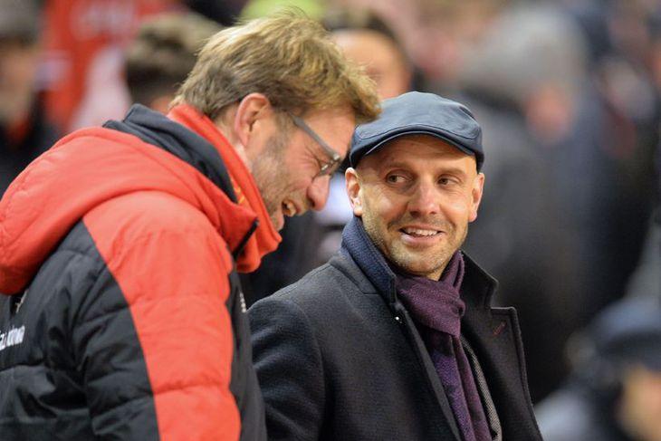 Jürgen Klopp, knattspyrnustjóri Liverpool spjallar við kollega sinn hjá Exeter, Paul Tisdale.