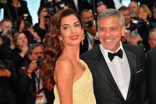 Leikarinn George Clooney og eiginkona hans mannréttindalögfræðingurinn Amal Clooney. Þau gáfu milljón dollara til samtaka ...