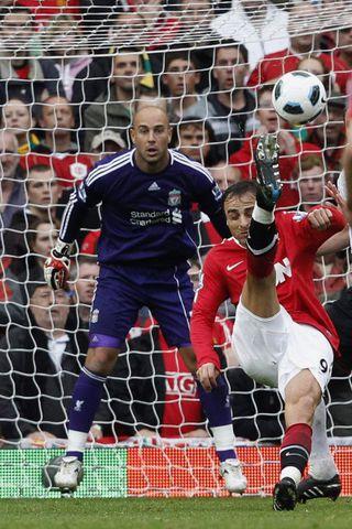 Dimitar Berbatov skorar annað mark sitt gegn Liverpool í dag ...
