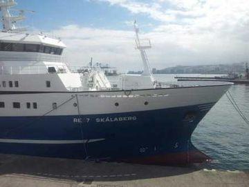 Skálabergið, nýjasta viðbótin við flota frystitogara Íslendinga liggur enn í höfn á Kanaríeyjum.
