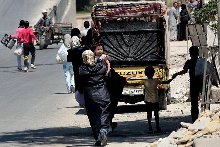 Íbúar flýja borgina Aleppo.