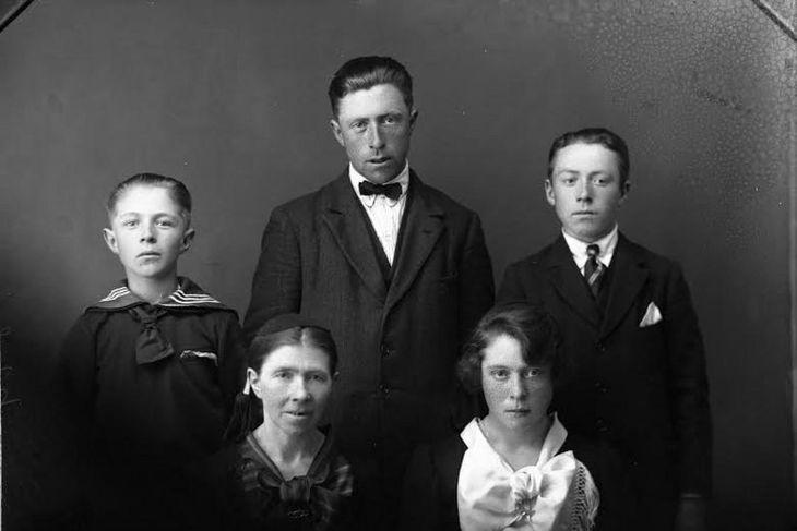 Rósa Jóhannsdóttir með fjórum börnum sínum árið 1927. Standandi f.v. eru Sigurjón H. Sigurjónsson, Sigurður ...