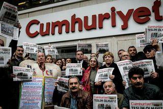 Tyrkneska stjórnarandstöðublaðið Cumhuriyet hefur gagnrýnt forseta landsins.