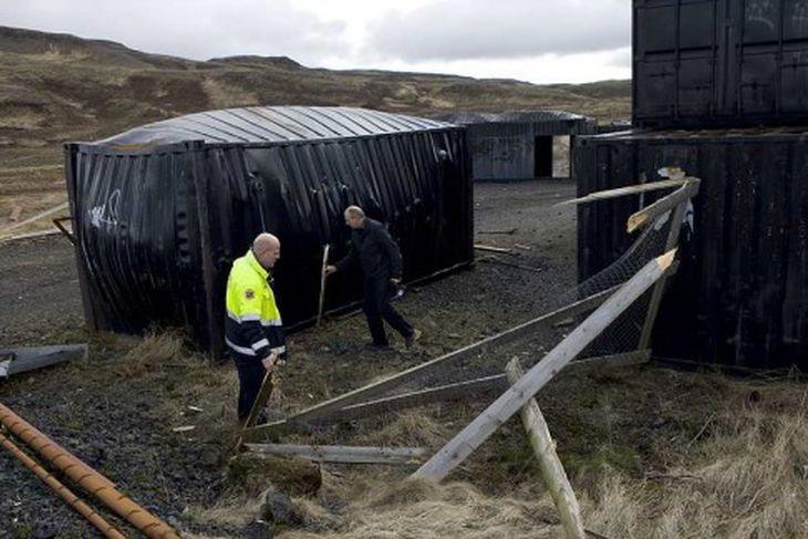 Höskuldur Einarsson, deildarstjóri útkallssviðs SHS og Þórir Karl Jónasson, varðstjóri SHS virða fyrir sér verksummerki ...