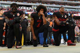 Það var Colin Kaepernick, liðstjórnandi San Francisco 49ers, sem kom mótmælaöldunni af stað. Kaepernick er ...