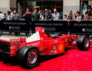 Bíll Schumacher vekur athygli á Manhattan í New York í gær.