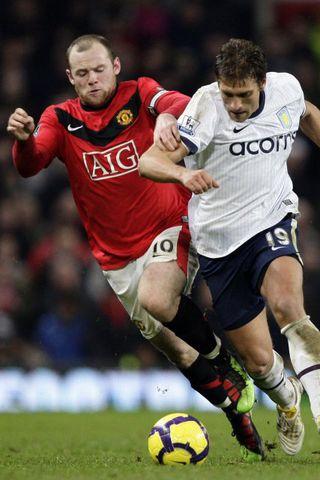 Wayne Rooney og Stiliyan Petrov eigast við í leiknum á ...