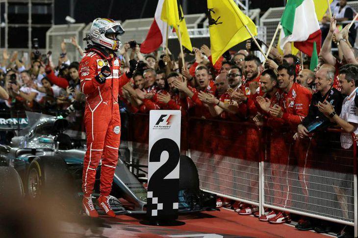 Sebastian Vettel fagnar sigri í Barein með liðsfélögum sínum.