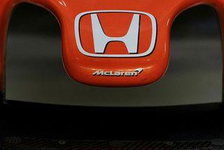 Táknmerki Honda á trjónu keppnisbíls Fernando Alonso hjá McLaren.